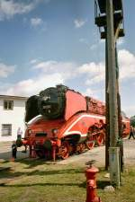 bw-weimar/114833/br-18-201-rote-farbgebung-im BR 18 201, rote Farbgebung im Bw Weimar