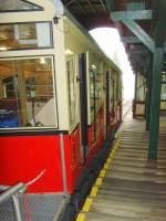 bergbahn/67692/abfahrbereite-bergbahn-in-der-bergstation-- Abfahrbereite Bergbahn in der Bergstation - 2010